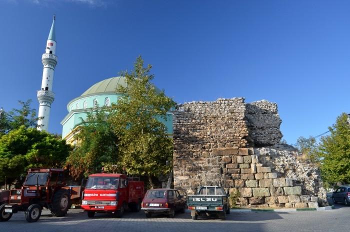 Nowoczesny meczet i bizantyskie mury obronne w Gölyazı