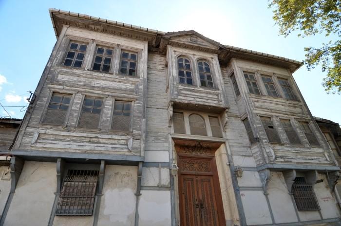 Zabytkowy drewniany dom w centrum Havran