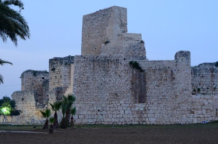 Widok na zamek Korykos z plaży w Kızkalesi