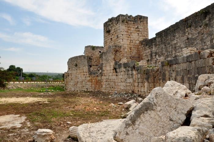 Zamek Korykos, a w tle - droga na Mersin