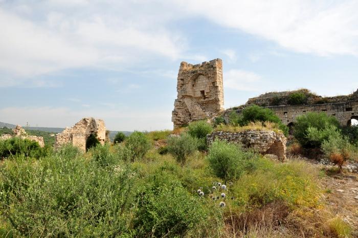 Wewnątrz obwarowań zamku Korykos