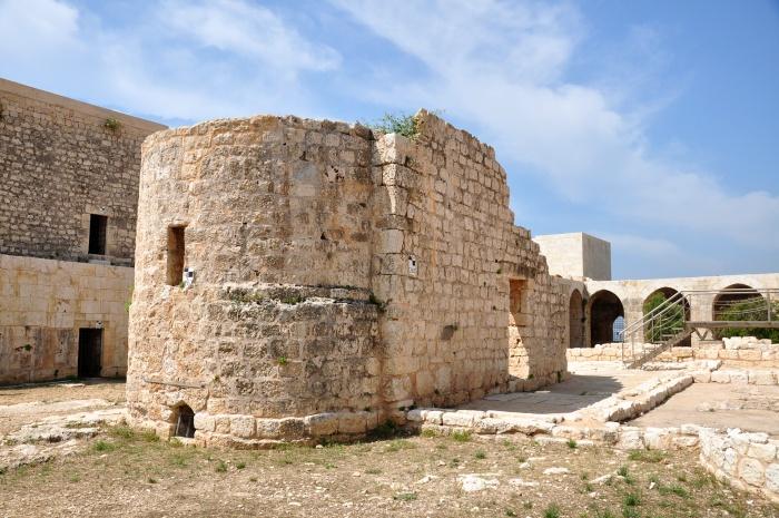 Budowla na planie bazyliki, stojąca na dziedzińcu Zamku Panny