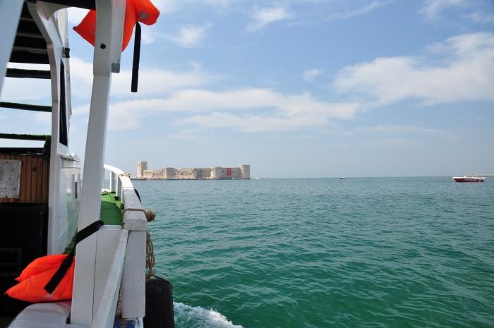 Widok na Zamek Panny ze stateczku wycieczkowego