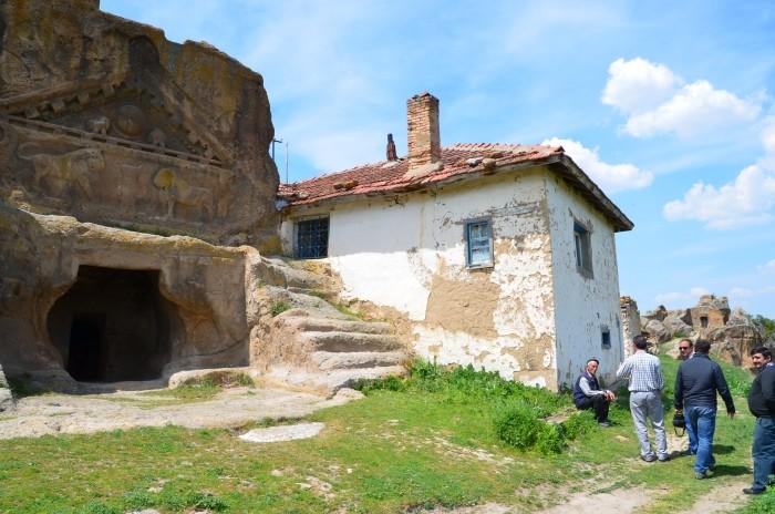 Frygijski grobowiec skalny i współczesna wieś turecka
