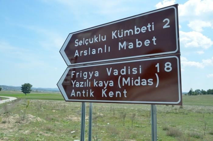 Kierunkowskaz z drogi D665 na Kümbet i Yazılıkaya