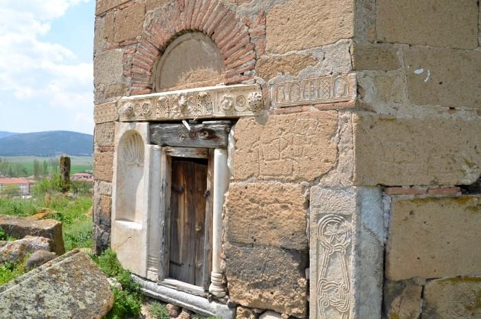 Bizantyjskie detale architektoniczne, wmurowane w seldżuckie mauzoleum w Kümbet
