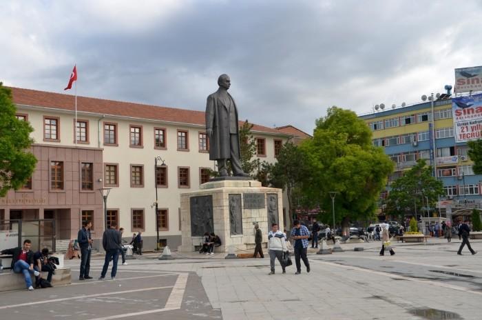 Pomnik İsmeta İnönü w centrum Malatyi