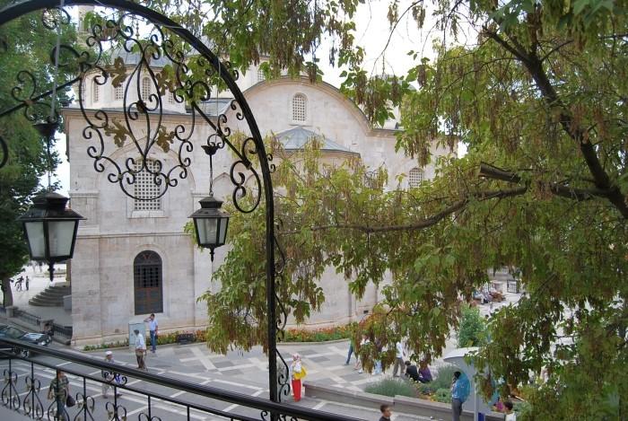 Widok na Yeni Cami z restauracji Adana Meydan Kebap ve Döner Salonu