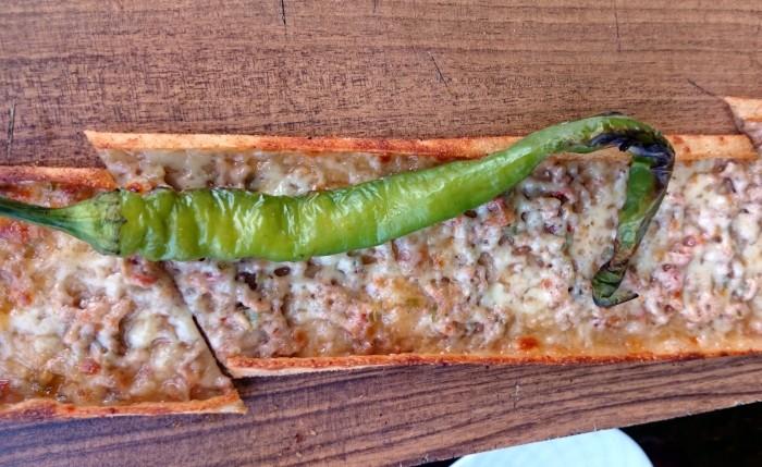 Pide z mięsem w restauracji Konyalım