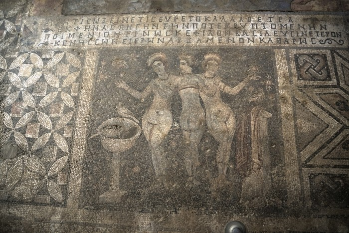 Mozaika przedstawiająca Trzy Gracje w muzeum w Narlıkuyu