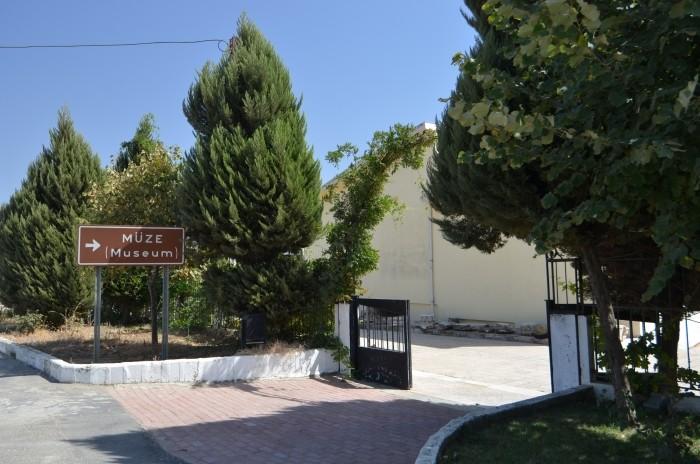 Kierunkowskaz i brama wejściowa do muzeum w Ödemiş