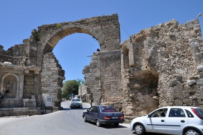 Ruch samochodowy przez bramę monumentalną w Side