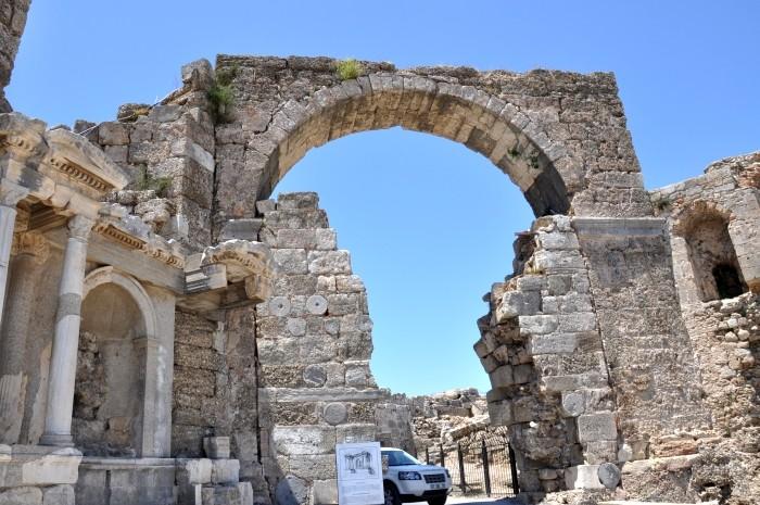 Brama monumentalna i monument Wespazjana w Side