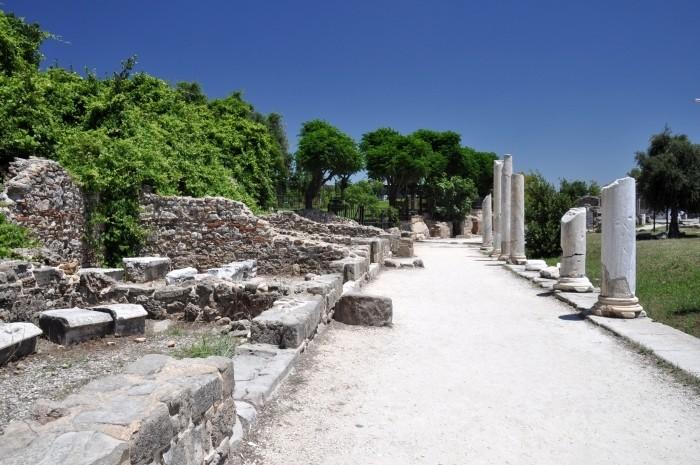 Ulica kolumnadowa prowadząca do agory w Side