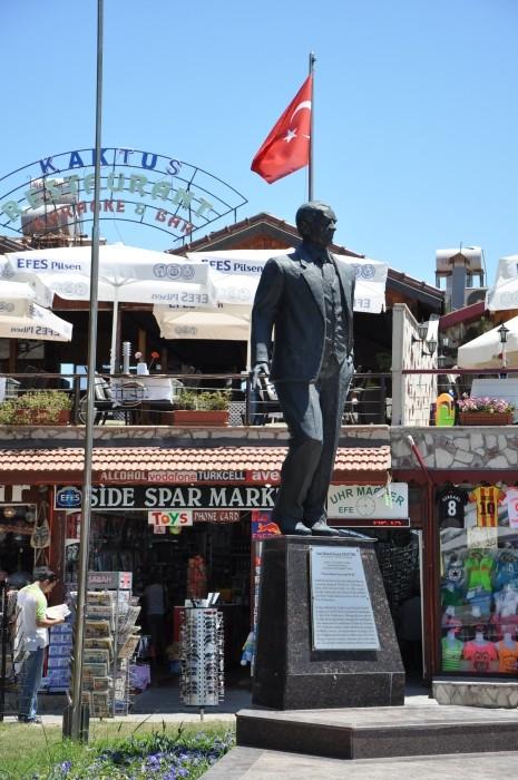 Pomnik Atatürka w Side