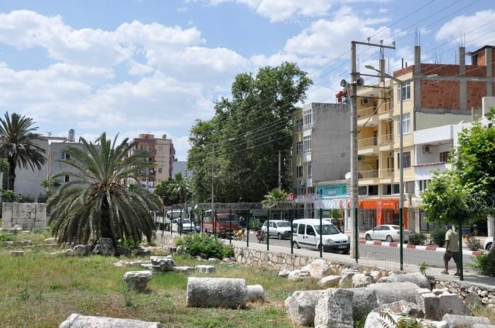 Teren nekropolii, na którym znajdują się ruiny świątyni Zeusa