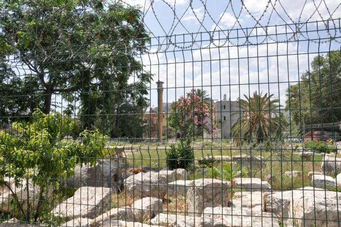 Ogrodzenie poważnie utrudnia oglądanie ruin świątyni Zeusa