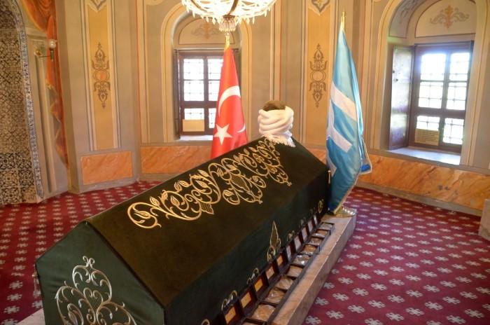 Grobowiec Ertuğrula i skrzyneczki z ziemią z różnych państw