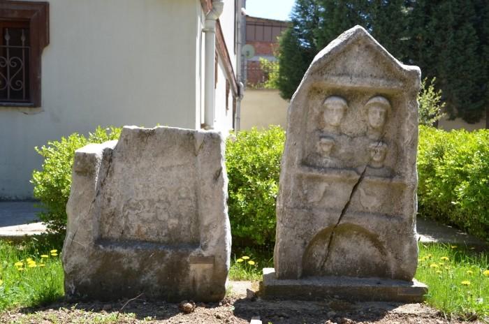 Stele nagrobne w ogrodzie muzealnym