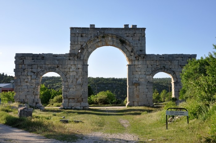 Północna brama miejska w Uzuncaburç