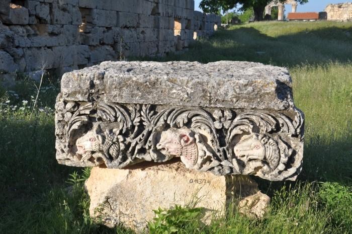 Fragment architektoniczny znajdujący się przy świątyni Zeusa Olbiosa w Uzuncaburç