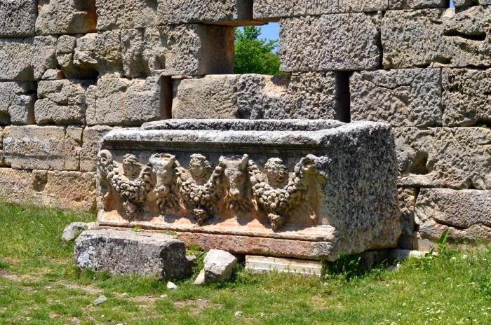 Sarkofag leżący przy świątyni Zeusa Olbiosa w Uzuncaburç