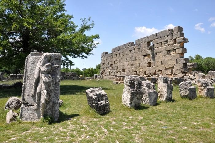 Temenos świątyni Zeusa Olbiosa w Uzuncaburç