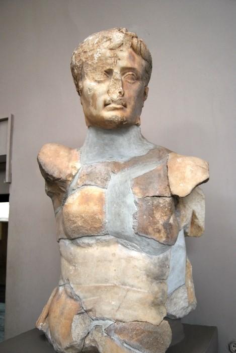 Posąg Oktawiana Augusta z krzyżem na czole