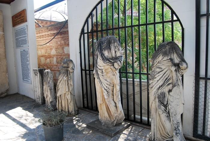 Posągi w ogrodzie muzealnym