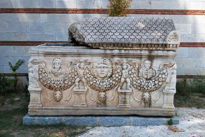 Sarkofag przez wejściem do Muzeum Efeskiego