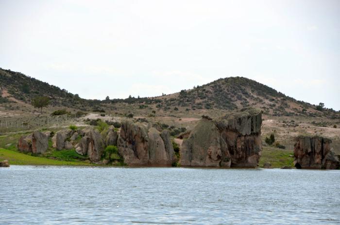 Formacje skalne nad jeziorem Emre