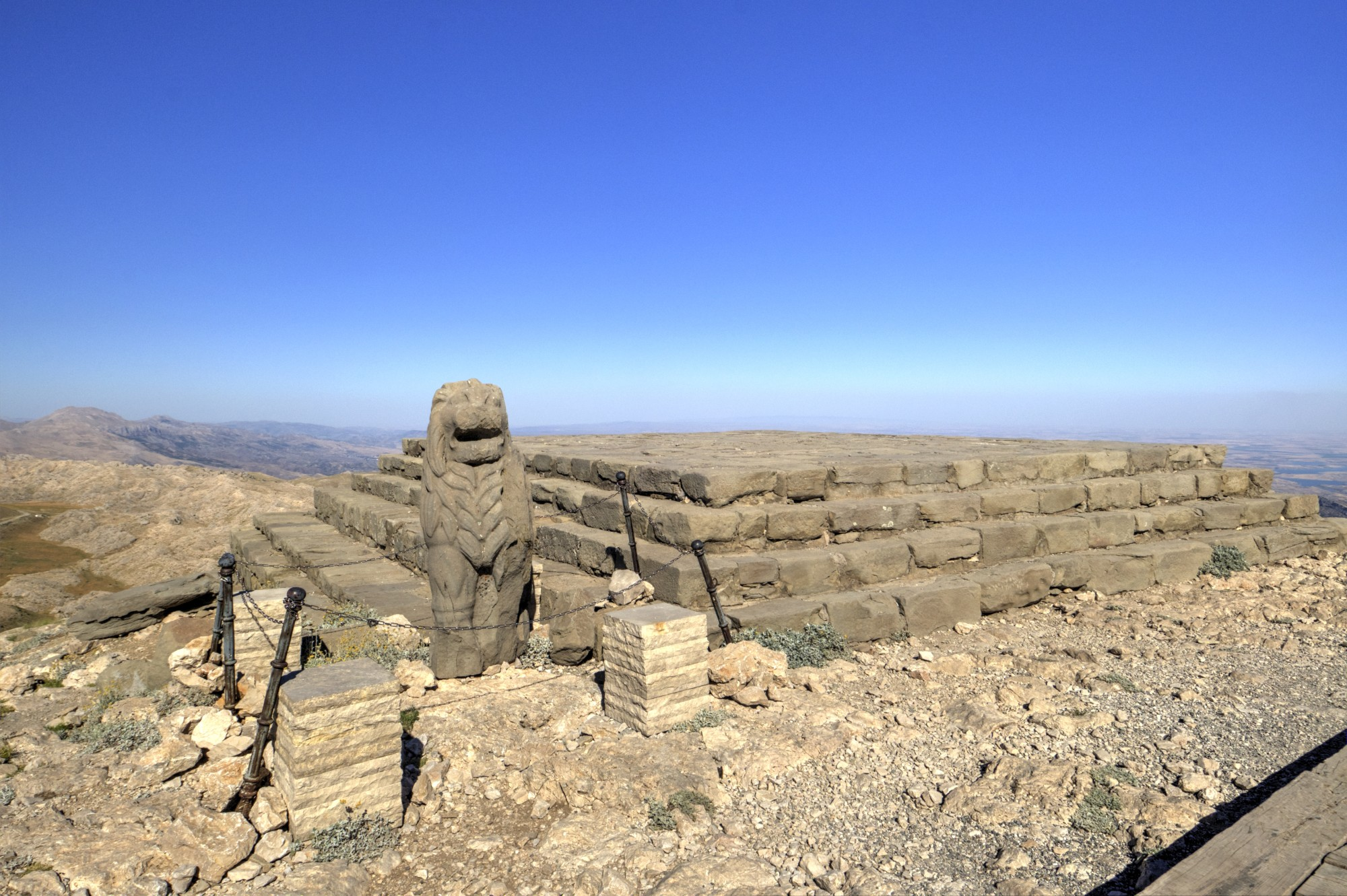 Terraço Leste no Monte Nemrut, Altar / Piramid