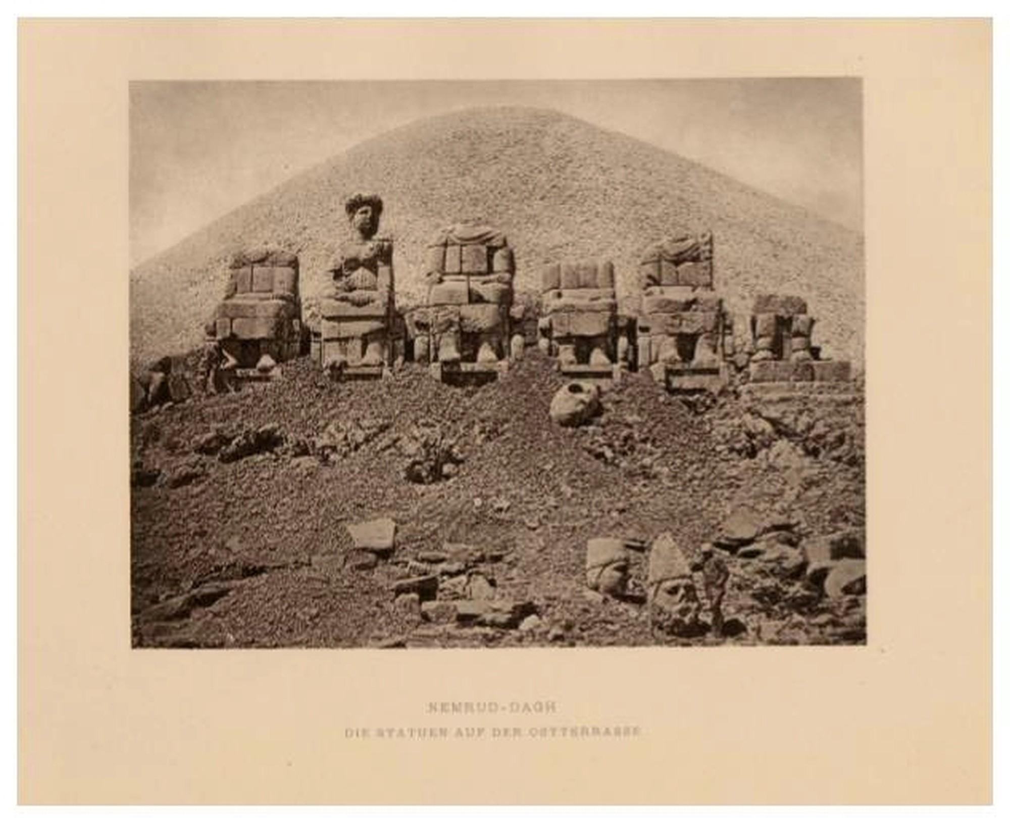 West Terrace, no Monte Nemrut, a deusa de Commagene ainda tem a cabeça nos ombros - de Humann, Carl i Puchstein, Otto,