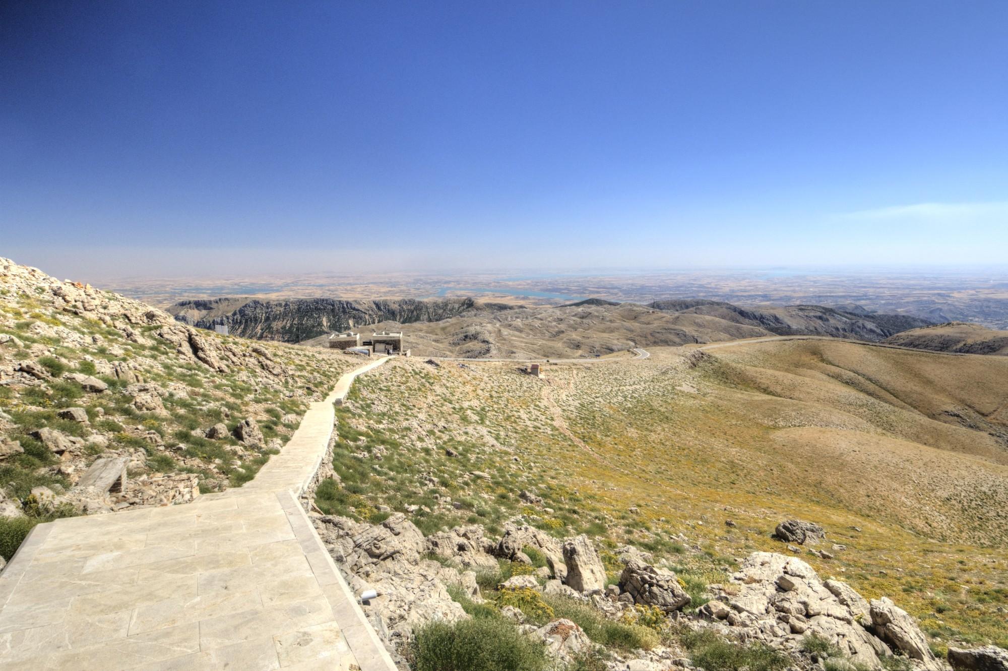 A vista do Monte Nemrut na direção do Eufrates