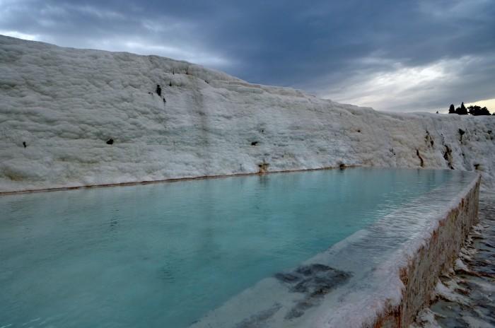 Zbiornik z wodą termalną na tarasach w Pamukkale