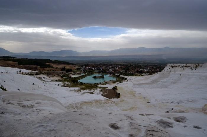 Widok z wapiennych tarasów na miasteczko Pamukkale