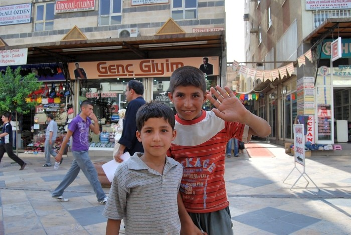 Młodzi mieszkańcy miasta Şanlıurfa