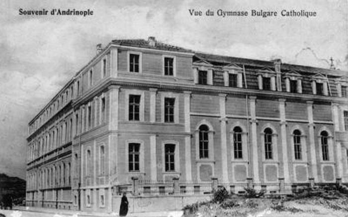 Pocztówka przedstawiająca budynek Katolickiego Gimnazjum w Adrianopolu