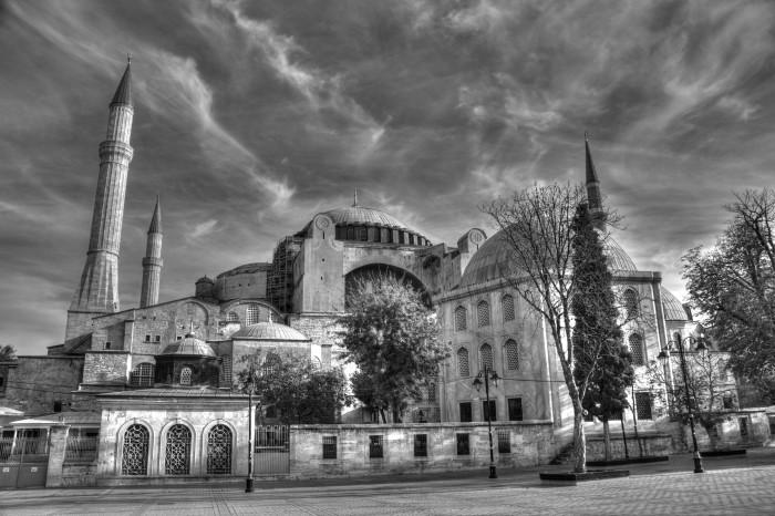 Hagia Sophia ze spokojem patrzy na turystów, którzy od wieków przybywają ją podziwiać