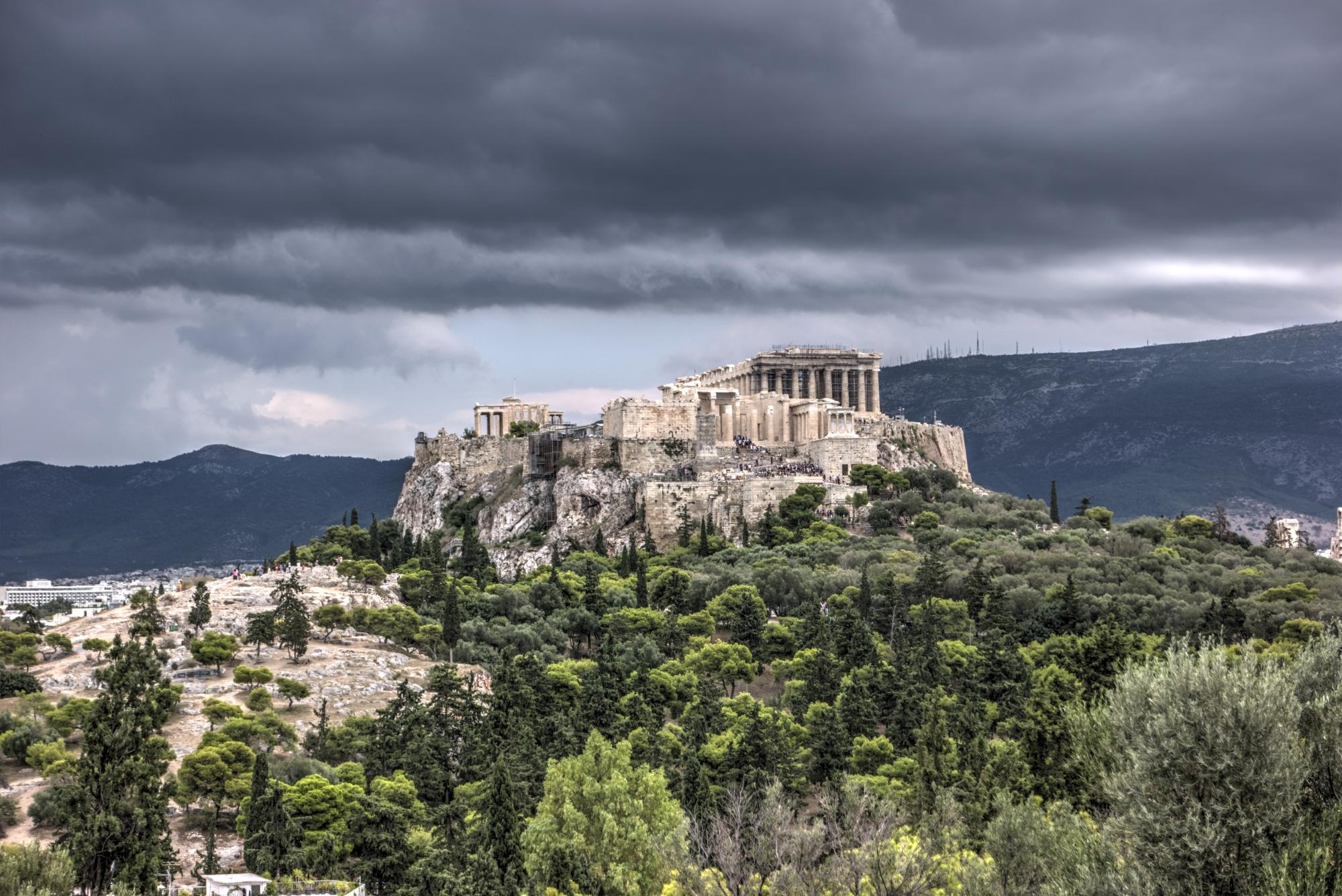 Burzowe chmury nad ateńskim Akropolem