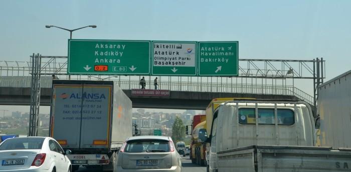 Kierunkowskazy na autostradzie w Stambule