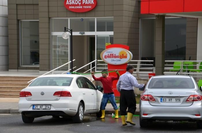 Usługa mycia samochodu - na przystanku na autostradzie między Gaziantepem a Şanlıurfą