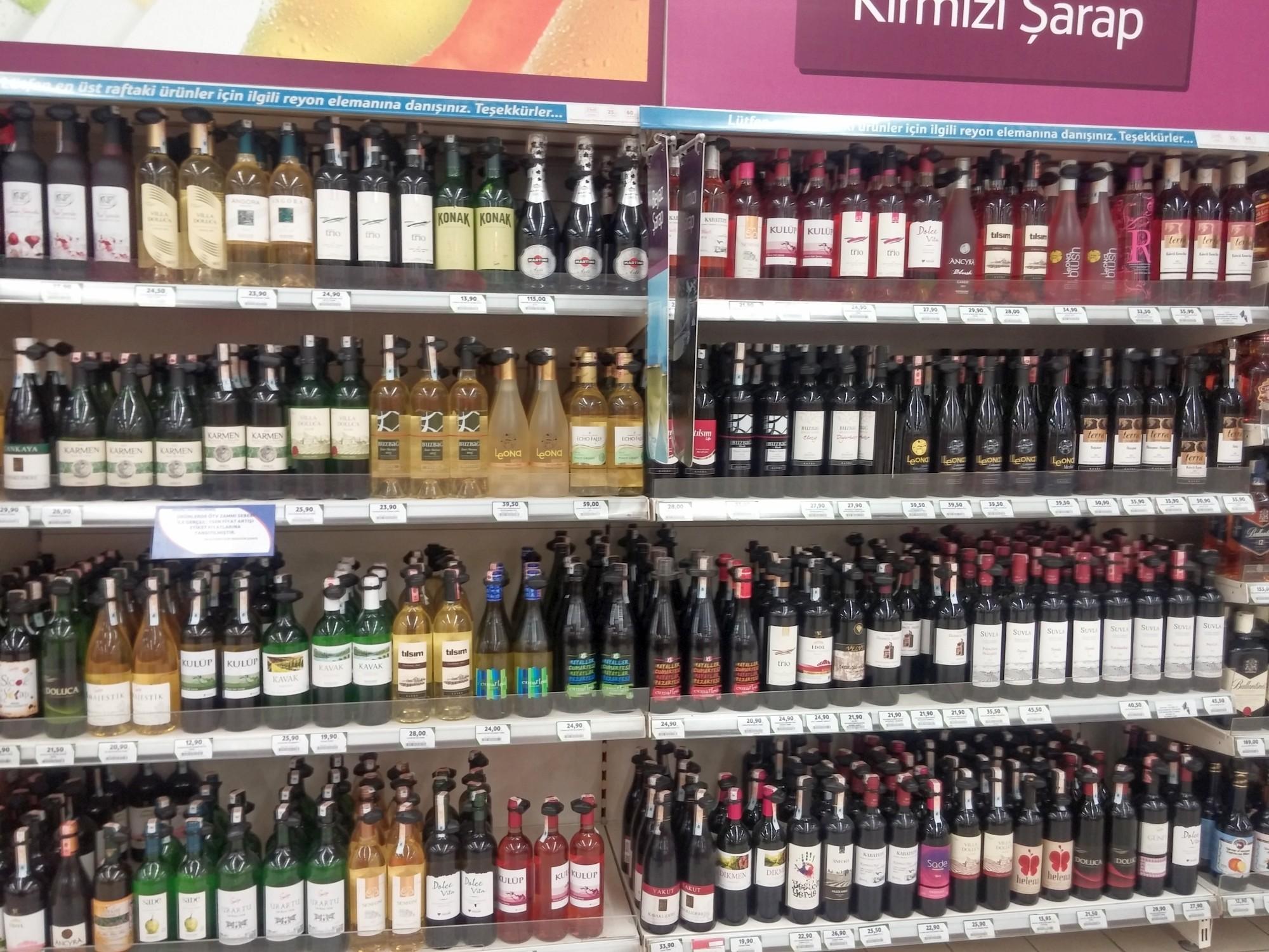 Wybór win w supermarkecie
