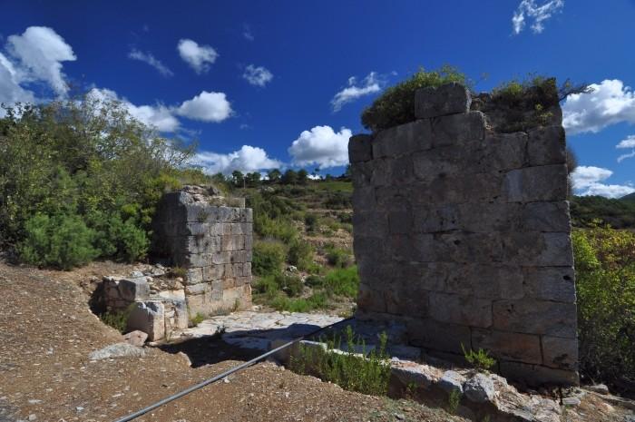 Zachowana brama w murach obronnych