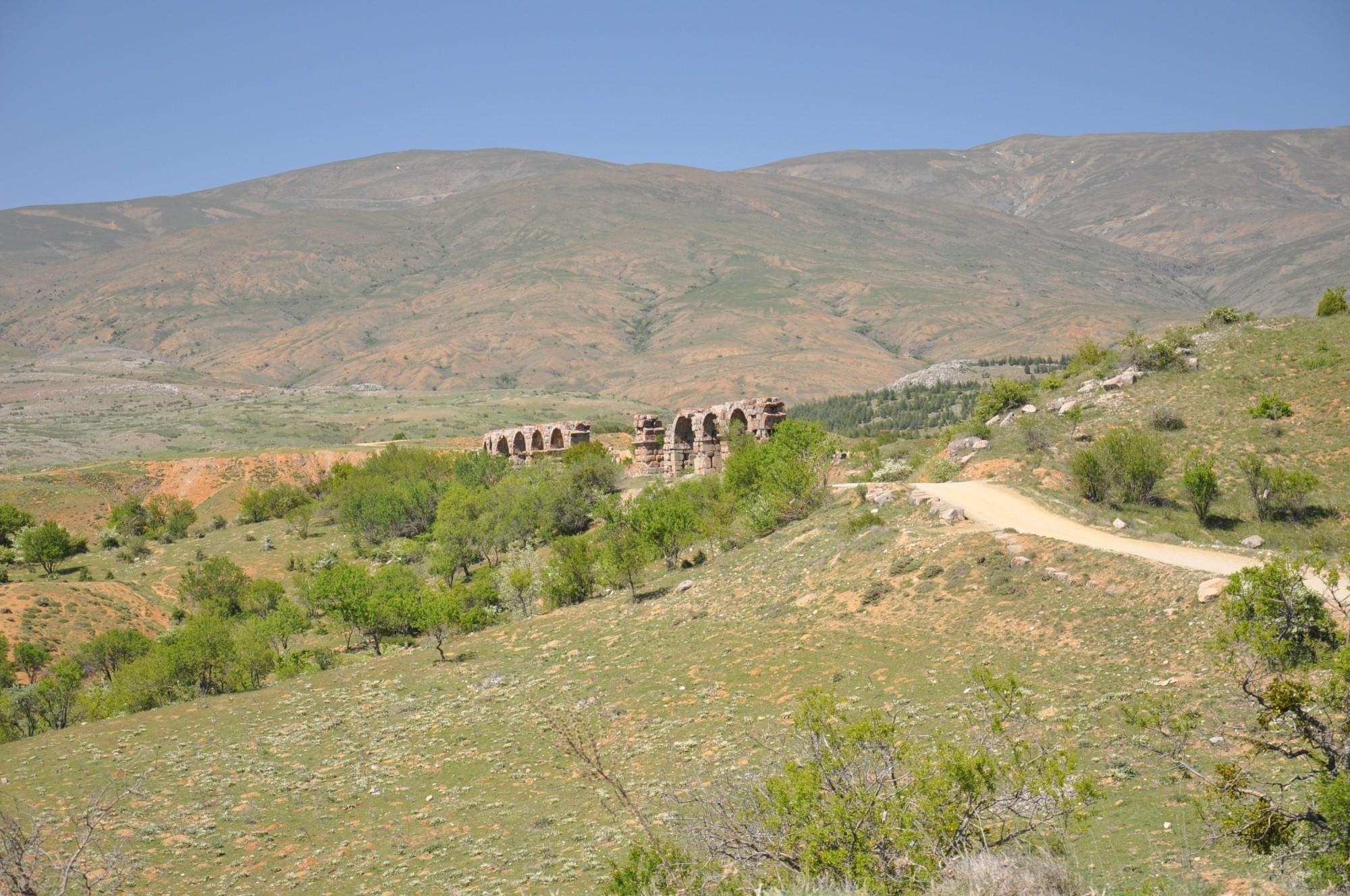 Widok na dolinę i akwedukt w Antiochii Pizydyjskiej