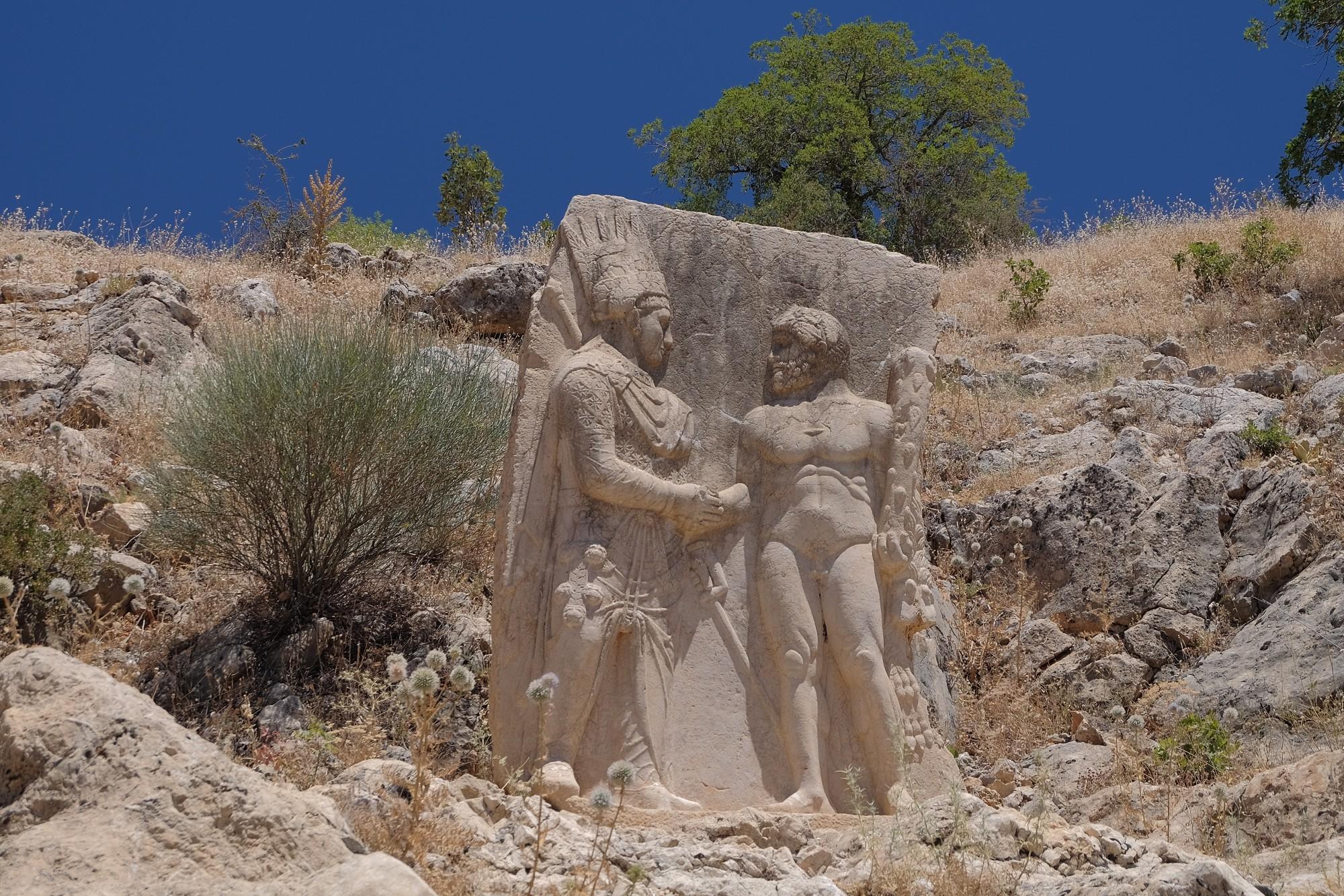 Relief przedstawiający uścisk dłoni między Heraklesem a Mitrydatesem, stanowisko III w Arsamei