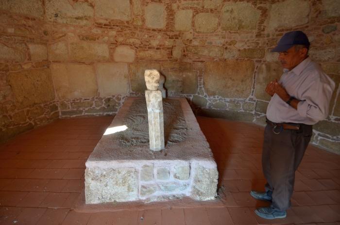 Wnętrze seldżuckiego mauzoleum w Beycesultan i strażnik stanowiska przy modlitwie