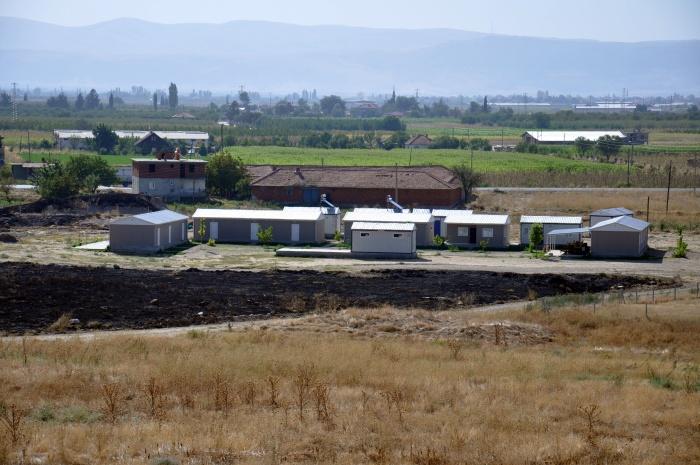 Widoczne z kopca Beycesultan baraki, w których pracują i mieszkają zespoły archeologiczne