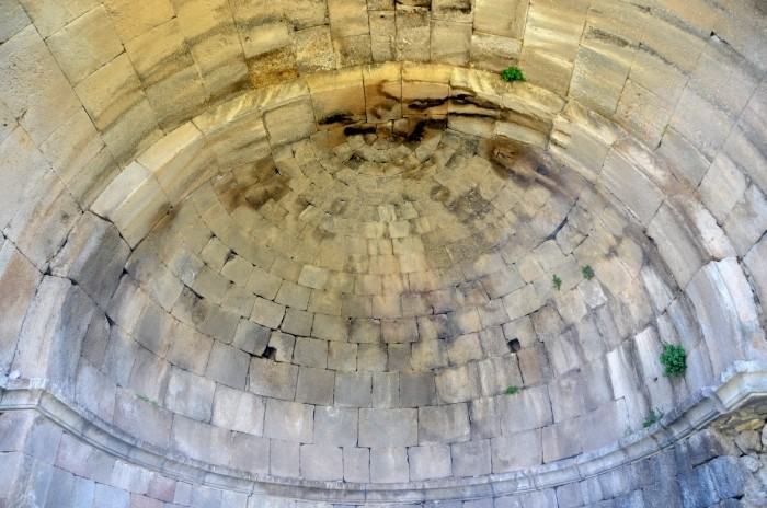 Kamienna półkopuła kościoła w Madenşehri