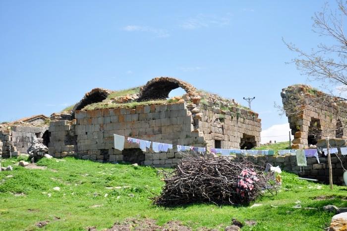 Bizantyjskie ruiny wśród współczesnych zabudowań w Üçkuyu